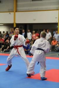 Een Kumite (sparring) tussen rood en blauw.